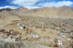 Draufsicht von Thiksey-Dorf in der Trockenzeit, Trieb von Thiksey-Kloster, Leh Ladakh, Indien Lizenzfreies Stockfoto