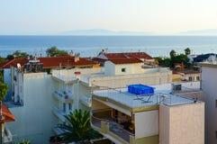Draufsicht von traditionellen griechischen Flachbauweisen auf Hintergrund von Meer, Nea Kallikratia, Halkidiki-Halbinsel, Grieche Stockbilder
