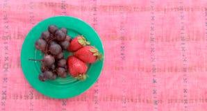 Draufsicht von Trauben mit Erdbeeren in einer Platte Lizenzfreie Stockfotografie