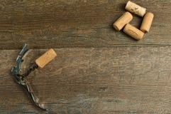 Draufsicht, von verschiedenen Weinöffnern und von roten Trauben lizenzfreies stockbild