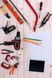 Draufsicht von verschiedenen Werkzeugen mit Plan und digitaler Tablette Lizenzfreies Stockbild