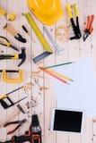 Draufsicht von verschiedenen Werkzeugen mit Plan und digitaler Tablette Stockfotos