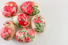 Draufsicht von verzierten Ostereiern stockfotos