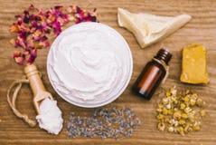 Draufsicht von weißen Feuchtigkeitscreme- und Badekurortbestandteilen Lizenzfreie Stockfotos