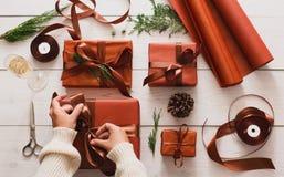 Draufsicht von Weihnachtspräsentkartons auf weißem hölzernem Hintergrund Stockbilder
