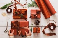 Draufsicht von Weihnachtspräsentkartons auf weißem hölzernem Hintergrund Lizenzfreies Stockbild
