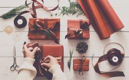 Draufsicht von Weihnachtspräsentkartons auf weißem hölzernem Hintergrund Lizenzfreie Stockbilder