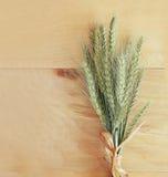 Draufsicht von wetzen Ernte auf Weinleseweißtischdecke Weinlese gefiltertes Bild Stockfotos
