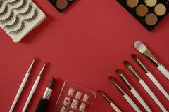 Draufsicht von women's Kosmetik auf rotem Hintergrund stockbild