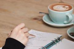 Draufsicht von zwei Geschäftsmännern, die etwas während einer von ihnen die Diagramme auf dem Papier zeigend dicussing sind lizenzfreie stockfotos