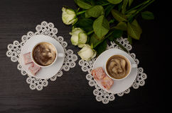 Draufsicht von zwei Tasse Kaffees mit Milch, türkische Freude auf einer Untertasse, weiße Rosen Stockbilder
