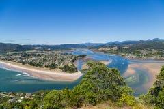 Draufsicht zu Tairua-Stadt und zum Fluss, Coromandel-Halbinsel, Neuseeland Lizenzfreie Stockbilder