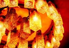 Draufsicht zum Teil runden dekorativen modernen geformten Lampen auf Decke gegen dunklen Hintergrund Lizenzfreie Stockfotos