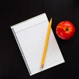 Draufsicht zur leeren gezeichneten Seite des Notizbuches mit Apple und gelbem Bleistift Lizenzfreie Stockfotografie