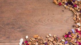 Draufsichtarbeitsplatz mit Trockenblumen auf Holztischhintergrund Lizenzfreie Stockbilder