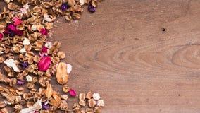Draufsichtarbeitsplatz mit Trockenblumen auf Holztischhintergrund Stockfotos