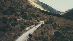 Draufsichtautojeep, der entlang Berg der kurvenreichen Straße an den Sommerferien sich bewegt stock video