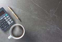 Draufsichtbürotischkaffee mit Taschenrechner und Stift Lizenzfreie Stockfotos