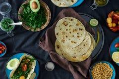 Draufsichtbestandteile für das Kochen des vegetarischen Pittabrots mit Vielzahldi Lizenzfreies Stockfoto