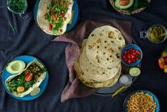 Draufsichtbestandteile für das Kochen des vegetarischen Pittabrots mit Vielzahldi Stockfoto