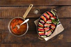 Draufsichtbestandteile für das Kochen von Ratatouille des vegetarischen Tellers Lizenzfreie Stockfotos