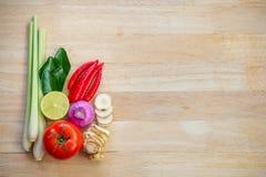 Draufsichtbestandteile würziger Suppe TomYam auf Holztisch stockfoto