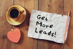 Draufsichtbild der Kaffeetasse, Herzform und Papier mit der Phrase erhalten mehr Führungen über hölzernem Hintergrund lizenzfreie stockfotos