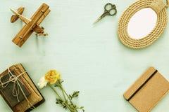 Draufsichtbild der Sammlung Gegenstände über blauem Holztisch Stockbilder