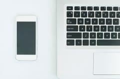Draufsichtbild des Computerlaptops, Mobiltelefon auf Arbeitsplatz Lizenzfreies Stockbild