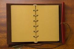 Draufsichtbild des offenen Notizbuches mit Leerseiten auf Holztisch bereiten Sie für das Addieren des Textes oder des Modells vor Stockbilder