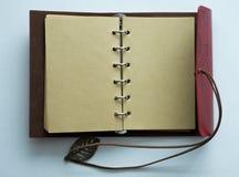 Draufsichtbild des offenen Notizbuches mit Leerseiten auf Holztisch bereiten Sie für das Addieren des Textes oder des Modells vor Lizenzfreie Stockbilder