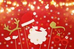 Draufsichtbild des Weihnachtskonzeptes Weihnachtsmann-Bart und -hut auf rotem hölzernem Hintergrund Stockbild