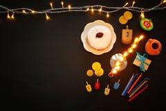 Draufsichtbild jüdischen Feiertag Chanukka-Hintergrundes mit traditioneller spinnig Spitze, menorah u. x28; traditionelles candel Lizenzfreie Stockfotos