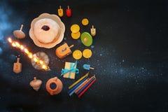 Draufsichtbild jüdischen Feiertag Chanukka-Hintergrundes mit traditioneller spinnig Spitze, menorah u. x28; traditionelles candel Lizenzfreie Stockbilder