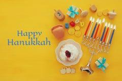 Draufsichtbild jüdischen Feiertag Chanukka-Hintergrundes mit traditioneller spinnig Spitze, menorah u. x28; traditionelles candel Stockfotos