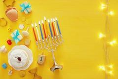 Draufsichtbild jüdischen Feiertag Chanukka-Hintergrundes mit traditioneller spinnig Spitze, menorah u. x28; traditionelles candel Stockfoto