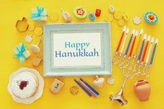 Draufsichtbild jüdischen Feiertag Chanukka-Hintergrundes mit traditioneller spinnig Spitze, menorah u. x28; traditionelles candel Lizenzfreies Stockfoto