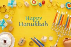 Draufsichtbild jüdischen Feiertag Chanukka-Hintergrundes mit traditioneller spinnig Spitze, menorah u. x28; traditionelles candel Stockfotografie