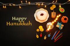 Draufsichtbild jüdischen Feiertag Chanukka-Hintergrundes mit traditioneller spinnig Spitze, menorah u. x28; traditionelles candel Lizenzfreie Stockfotografie