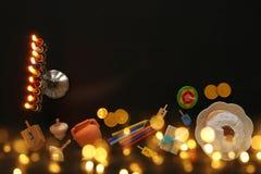 Draufsichtbild jüdischen Feiertag Chanukka-Hintergrundes mit traditioneller spinnig Spitze, menorah u. x28; traditionelles candel Stockbild