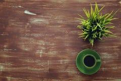 Draufsichtbild von coffe Schale auf hölzernem Hintergrund Flache Lage Lizenzfreie Stockfotos