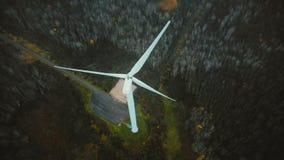 Draufsichtbrummenverschieben um große Arbeitswindmühle im grünen Wald, Konzept von alternativen erneuerbaren Energiequellen stock footage