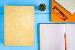 Draufsichtbuchmodell und Bleistiftanmerkung über Purplehearttabelle Lizenzfreie Stockfotografie