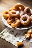 Draufsichtdetail über ein Bündel frische selbst gemachte Schaumgummiringe (Donuts) auf einer weißen Platte, mit Zuckerschüssel, N Stockfoto