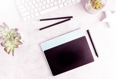 Draufsichtebene legen grafische Tablette auf grauen Bürotisch Moderner Designer ` s Arbeitsplatz Lizenzfreies Stockfoto