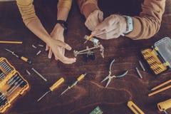 Draufsichtfoto von männlichen Händen die Holdingwerkzeuge stockbilder