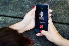 Draufsichtfrauentabelle Smartphone-Sprachmitteilung lizenzfreies stockfoto