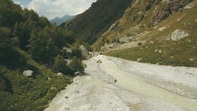 Draufsichtgebirgsfluss Wandergruppe, die entlang Gebirgsfluss geht stockfoto
