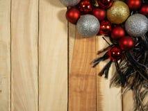 Draufsichthintergrund der Zusammensetzungen des neuen Jahres mit Dekoration Weihnachtsball und Schal auf dem Tisch hölzern stockfoto