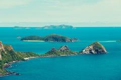 Draufsichtinsel und blaues Wasser sieht in einem Mittag stockfotos